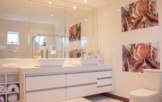 pose de miroir sur-mesure salle de bain